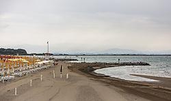 THEMENBILD - ein leerer Strandabschnitt bei schlechtem Wetter. Lignano ist ein beliebter Badeort an der italienischen Adria-Küste, aufgenommen am 15. Juni 2019, Lignano, Italien // an empty stretch of beach in bad weather. Lignano is a popular seaside resort on the Italian Adriatic coast on 2019/06/15, Lignano Sabbiadoro, Italy. EXPA Pictures © 2019, PhotoCredit: EXPA/ Stefanie Oberhauser