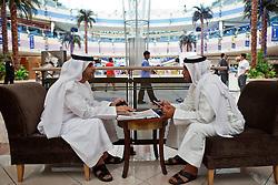 Dois árabes conversam no Marina Mall, um dos shoppings de Abu Dhabi. A cidade foi fundada pelos Banu Yas o 1761. O fortí Qasr a o-Hosn foi construído o 1793 e o 1795 já residia o xeic. Foi des então seu dos sucessivos governantes de Abu Dhabi; o março de 1892 pelos acordos exclusivos o emirat aconteceu protectorat britânico. O 1954 é estabeleceu em Dubai (dantes a Sharjah ) o oficial político britânico pelos emirats mas pouco depois é instalou um oficial político a Abu Dhabi exclusivo pelo emirat, que era o mais grande e importante do Trucial Oman.FOTO: Jefferson Bernardes/Preview.com