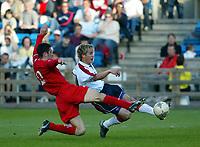 Fotball, 27. mai 2004, Privatlandskamp, Norge - Wales,  Morten Gamst Pedersen, Norge, og Mark Delaney, Wales (4)