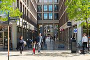 Een gezin loopt door het winkelcentrum Leidsche Rijn Centrum in de vinex-wijk Leidsche Rijn bij Utrecht.<br /> <br /> The shopping center Leidsche Rijn Centrum.