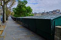 France, Paris (75), les rives de la Seine, classées Patrimoine Mondial de l'UNESCO, bouquiniste durant le confinement du Covid 19 // France, Paris, Seine river bank, secondhand bookseller during the containment of Covid 19