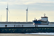 Nederland, the netherlands, 7-2-2018Zicht op de nieuwe waterweg vanaf het strand van Hoek van Holland . Dagjesmensen en andere wandelaars genieten van het mooie weer terwijl schepen de rotterdamse haven binnenvaren of verlaten.Foto: Flip Franssen