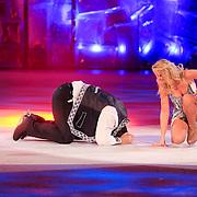 NLD/Hilversum/20130126 - 5e Liveshow Sterren Dansen op het IJs 2013, Jarno Harms gaat onderuit op het ijs met  schaatspartner Katy Stainsby