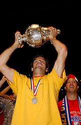 02-06-2003 NED: Huldiging bekerwinnaar FC Utrecht, Utrecht<br /> De spelers en de technische staf kregen een rondrit door de stad in een open Engelse dubbeldekker. Om 20.30 uur keert de stoet terug in Galgenwaard en zal in het stadion de officiële huldiging plaatsvinden / Igor Gluscevic