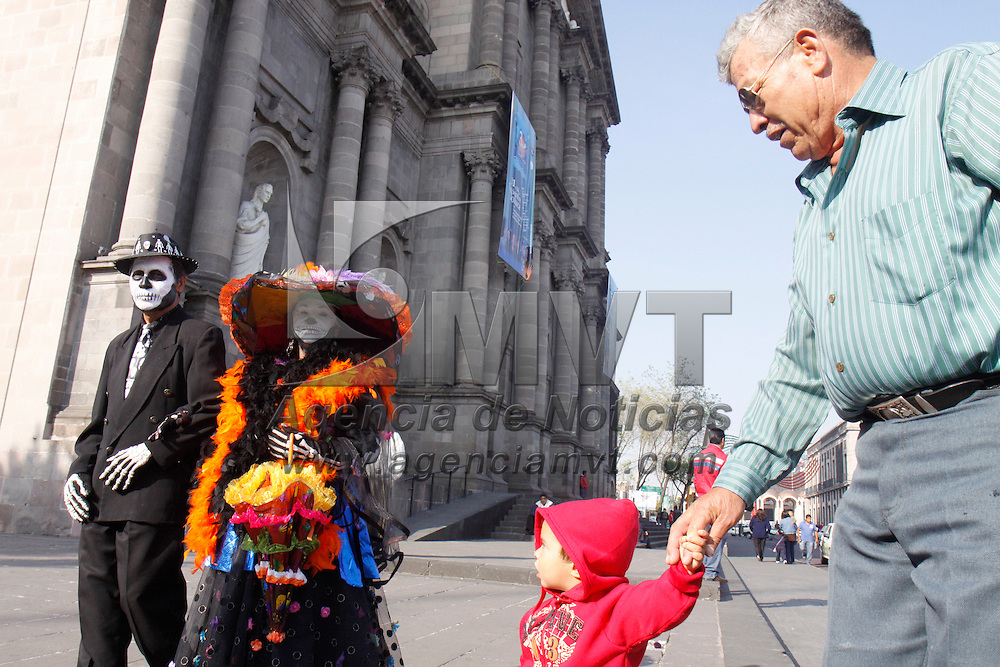 TOLUCA, México.-  Para preservar y rescatar las tradiciones culturales de nuestro país, esta pareja de la tercera edad recorre calles y escuelas para promover la autentica celebración del día de muertos. Agencia MVT / Crisanta Espinosa. (DIGITAL)