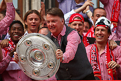 09.05.2010, Marienplatz, Muenchen, GER, 1. FBL, Meisterfeier der Bayern , im Bild David Alaba (FC Bayern Nr.27) Louis van Gaal (Cheftrainer FC Bayern) Arjen Robben (FC Bayern Nr.10) mit der Meisterschale , EXPA Pictures © 2010, PhotoCredit: EXPA/ nph/  Straubmeier / SPORTIDA PHOTO AGENCY