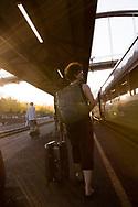 Kvinna på perrong.<br /> <br /> Foto: Christina Sjögren