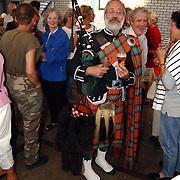 Skutjesilen 2003, feest botenloods, Schotse bag pipe speler, klederdracht, kilt