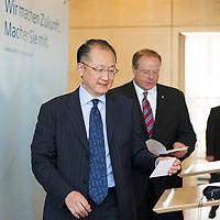 DEU, Deutschland, Germany, Berlin, 11.09.2012:<br />Der neue Präsident der Weltbank, Dr. Jim Yong Kim (L), und Bundesentwicklungshilfeminister Dirk Niebel (R) (FDP) vor einer gemeinsamen Pressekonferenz im Bundesministerium für wirtschaftliche Zusammenarbeit und Entwicklung (BMZ).