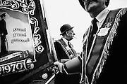 Membres de l'Ordre d'Orange pendant la parade du Twelfth sur Sandy Row, Belfast.