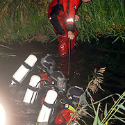 NLD/Huizen/20061009 - Zoekactie duikers brandweer Huizen na vinden fiets bij sloot Zomerkade Huizen