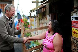 José Fortunati durante caminhada com Cássio Trogildo no Residencial Dom Pedro. FOTO: Jefferson Bernardes / Preview.com