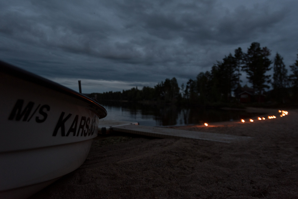 29 August 2020, Ljusdal, Sweden: People in the village of Karsjö in the county of Hälsingland mark an 'Evening of light' as summer is coming to an end. The relatively new tradition has been marked annually in the county for some 30 years, as a way of expressing gratitude and of bidding farewell to summer by lighting candles along lakes and riversides, to light up the darkness that comes with autumn and winter. People in the village of Karsjö, located in the parish of Järvsö, Ljusdal municipality, and home to some 100 permanent residents, mark the occasion by the side of the river Ljusnan, where the village is located.