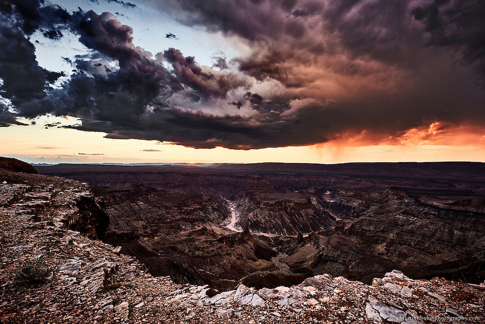 Nachdem ein Gewitter über den Fishriver Canyon gezogen ist, färbt sich der Himmel kurz vor Sonnenuntergang blutrot.