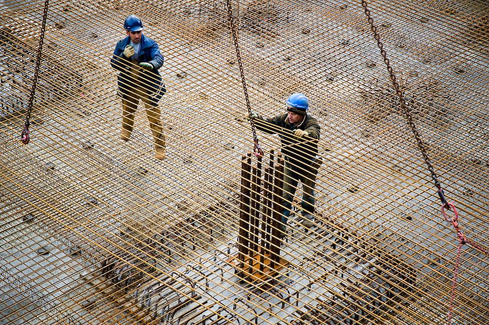 Nederland, Den Haag, 18 feb 2009.Betonvlechters aan het werk op de vloer van een bouwput. Hier stond eerst het woonblok de Zwarte Madonna, nu komt er een ministerie. .Foto (c) Michiel Wijnbergh