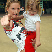 Acteurs bezoeken Six Flags Biddinghuizen, ex Venga Boys Denise van Rijswijk en Diana Janssen