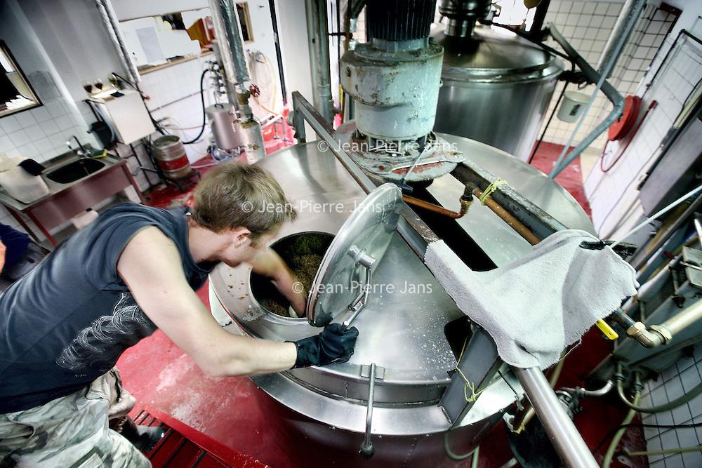 Nederland, Amsterdam , 1 juli 2010..Bierbrouwproces in bierbrouwerij t IJ..Brouwerij 't IJ is een kleine lokale Amsterdamse bierbrouwerij, sinds oktober 1985 gevestigd in voormalig badhuis Funen, naast Molen De Gooyer. De brouwerij wordt geleid door Kaspar Peterson. Alle bieren zijn gemaakt van 'biologische' grondstoffen en door SKAL[1] gecertificeerd. De brouwerij heeft ook een proeflokaal, dat alleen IJ-bier schenkt. In tegenstelling tot veel andere proeflokalen wordt het IJ-lokaal ook veel als stamkroeg gebruikt..Brouwerij 't IJ is a small local brewery in Amsterdam since 1985, producing very nice beer..The brewery process, tasting the beer.