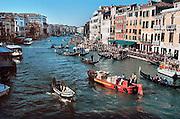 Italie, Venetie, 8-3-2008Gondels en boten passeren elkaar in het kanaal, grand canal.Foto: Flip Franssen