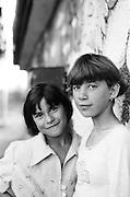 Alexandra Stoica (à gauche) et Daniela Hostic (soeur jumelle de Daniel Hostic) à 13 et 14 ans en 1997 à l'orphelinat de Popricani où elles ont toutes les deux grandi.