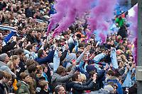 BLOEMENDAAL - Supporters aanhang van UHC met vuurwerk fakkels in de clubkleuren tijdens  de finale van de EHL tussen de mannen van Oranje Zwart en UHC Hamburg . OZ wint na shoot outs. COPYRIGHT KOEN SUYK