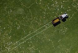 THEMENBILD - ein Landwirt bewirtschaftet mit seinem Traktor sein Feld, aufgenommen am 20. April 2019 in Saalfelden, Oesterreich // A farmer cultivates his field with his tractor in Saalfelden, Austria on 2019/04/20. EXPA Pictures © 2019, PhotoCredit: EXPA/ JFK