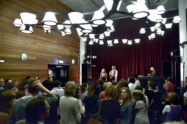 Nederland, Nijmegen, 1-10-2014De nieuwe poptempel van Nijmegen wordt vandaag officieel in gebruik genomen. Burgemeester Hubert Bruls houdt een praatje, en tweede generatie Doornroosje verhuist symbolisch in een fles de geest van de oude locatie naar de nieuwe. Met optredens van o.a. De Staat en Going back to the zoo. Doornroosje begon in 1970 als alternatief jongerencentrum en groeide uit tot een van de meest toonaangevende podia van Nederland voor popmuziek en vernieuwende moderne muziek. Het nieuwe complex is bekostigd doordat erboven door de SSHN studentenflats en studentenkamers gebouwd zijn. Lucky Fonz the third trad op in het cafe.FOTO: FLIP FRANSSEN/ HOLLANDSE HOOGTE
