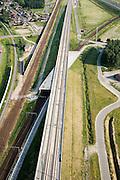 Nederland, Noord-Brabant, Zevenbergschen Hoek, 04-07-2006;  spoorkruising: uiterst links de spoorlijn van Dordrecht naar Breda; parallehieraan de gloednieuwe HSL, ook richting Breda; de HSgaat over de spoorlijn naar Roosendaaheen (deze buigt af naar rechts), door middevan een fly-over; oorspronkelijk waren op deze plek ook enkele spoorwegovergangen, deze zijn - om veiligheidsredenen - verdwenen; spoorviaduct, beton, bouw, constructie, transport, infrastructuur, verkeer en vervoer, mobiliteit, hogesnelheidslijn, spoor, rail, HSL, TGV, planologie, ruimtelijke ordening, landschap;;zie ook andere foto's van deze lokatie (lucht en panorama); deevan de serie Panorama Nederland; luchtfoto (toeslag); aerial photo (additional fee required); .foto Siebe Swart / photo Siebe Swart
