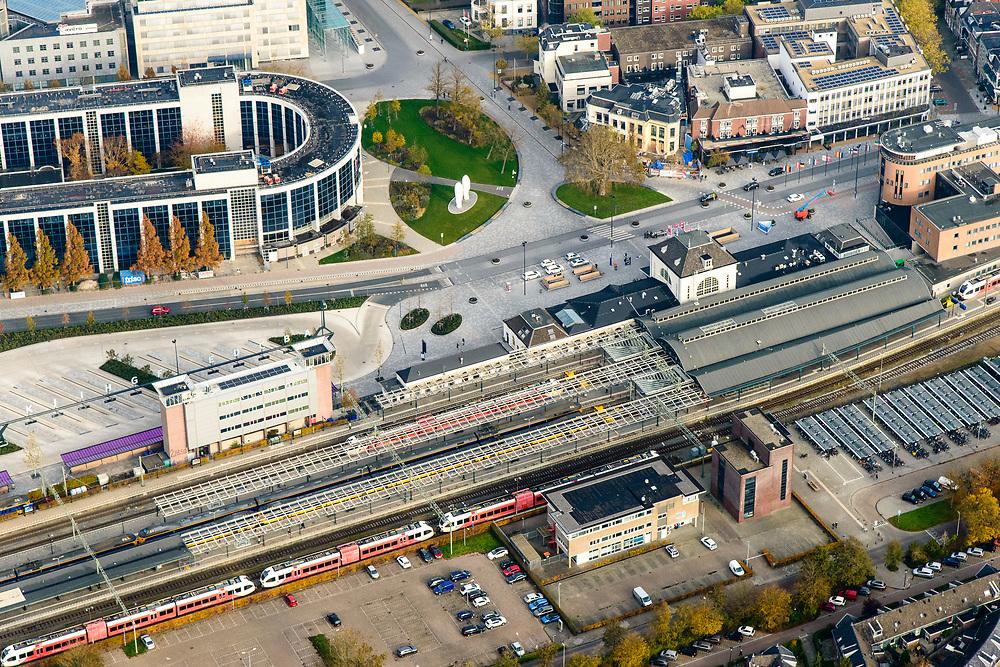 Nederland, Friesland, Leeuwarden, 04-11-2018; Leeuwarden (Ljouwert), NS station met omgeving: Stationsplein, Stationsweg, Zuidersingel, Lange Marktstraat, Willemskade<br /> Leeuwarden city centre, railway station.<br /> <br /> luchtfoto (toeslag op standaard tarieven);<br /> aerial photo (additional fee required);<br /> copyright © foto/photo Siebe Swart