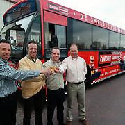 Tim, Tom, Raymond en Jip Coronel onthullen hun reclame Conexxion bus