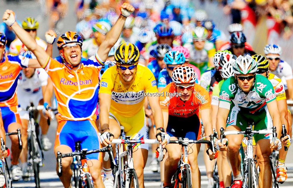 20060605. Caen. Thor Hushovd kom på 7.plass på den femte etappen i Tour de France. Tom Boonen til høyere for vinneren Oscar Freire i gul ledertrøye..Foto: Daniel Sannum Lauten/ Dagbladet