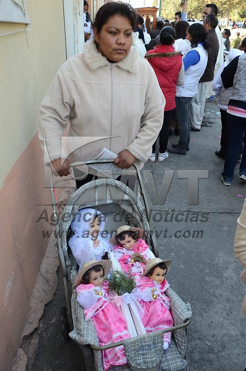 Toluca, México.- Fieles católicos acudieron a diversas  iglesias de la ciudad  de Toluca a bendecir sus imágenes del Niño Dios, como parte de la celebración del Dí¬a de la Candelaria. Agencia MVT / Arturo Hernández S.