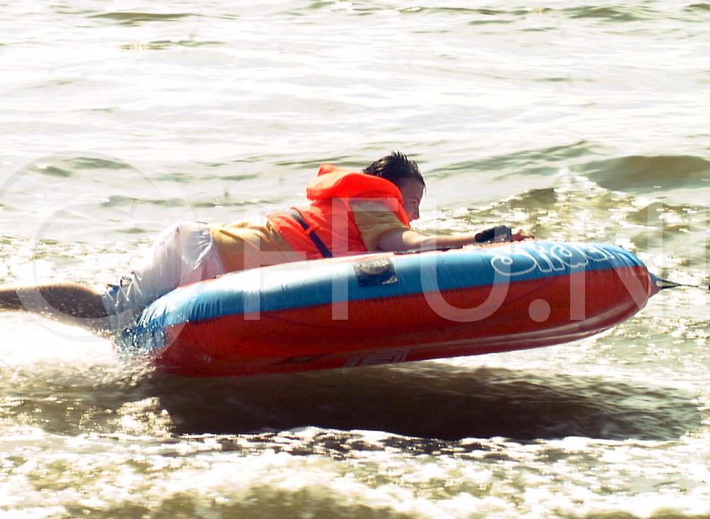 Fotografie Frank Uijlenbroek©2001/michiel van de velde.010729 wijhe ned.waterpret bij de loswal in wijhe waar men van het mooie weer genoot door onder andere het varen met een rubberen bootje achter de speedboot