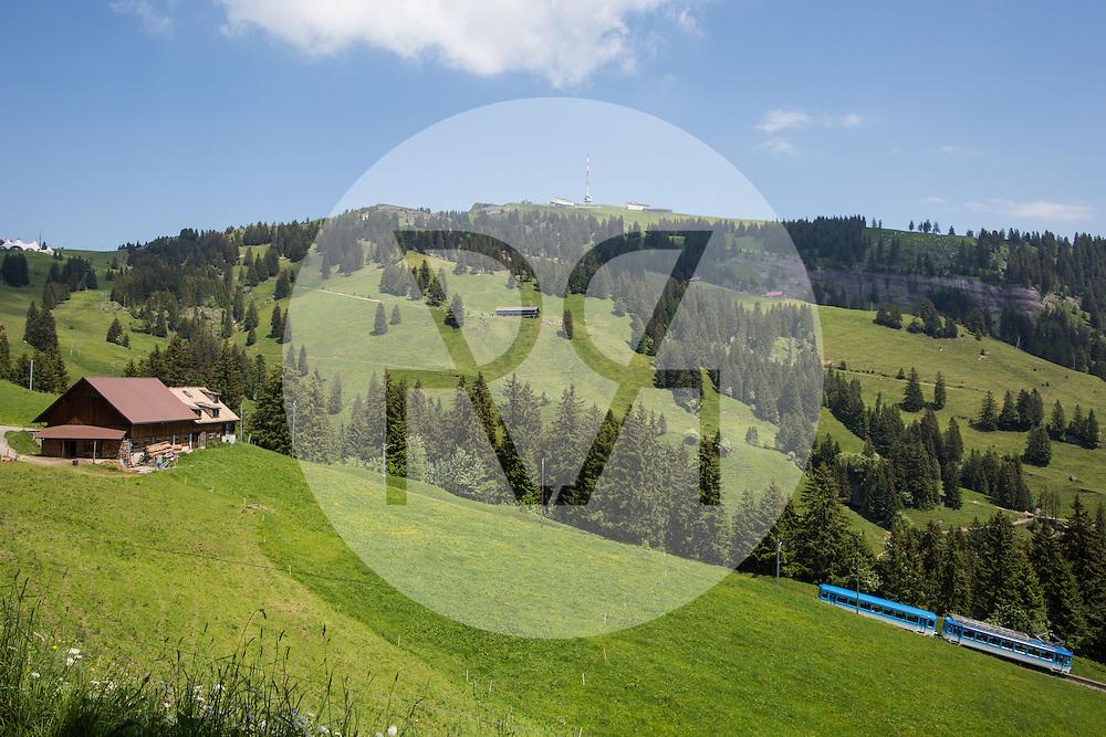 SCHWEIZ - RIGI - Wiese mit Bauernhof und Arth-Rigi-Bahn (ARB) ist eine schweizerische Normalspur-Zahnradbahn, welche von Arth-Goldau auf die Rigi Kulm fährt, im Hintergrund Antenne Rigi Kulm, der Sender Rigi ist eine Sendeanlage der Swisscom - 16. Juni 2016 © Raphael Hünerfauth - http://huenerfauth.ch