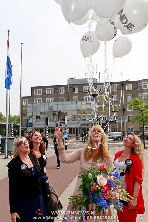 NLD/Huizen/20110429 - Lintjesregen 2011, Ballonnen worden opgelaten voor Linda de Mol
