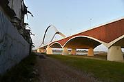 Nederland, Nijmegen, 21-9-2014 De nieuwe stadsbrug van de stad Nijmegen, de Oversteek, is in gebruik genomen, geopend. De brug is vernoemd naar de heldhaftige oversteek van de rivier de Waal die Amerikaanse soldaten op dit punt maakten tijdens de operatie Market Garden in de tweede wereldoorlog om met succes de oude Waalbrug te veroveren.The new bridge, a concrete, brick and steel structure, is named De Oversteek, Dutch for the crossing, in memory of the bold daylight crossing of the Waal River by American soldiers during World War II who liberated the town from Germans during operation Market Garden. De overspanning is een belangrijke schakel in de ontlasting van de stad van het doorgaande verkeer. De Oversteek is een boogbrug van 285 meter lang en 60 meter hoog en is de op een na langste hoofd overspanning van Nederland, en de grootste boogbrug van Europa met een enkelvoudige boog. De nieuwe oeververbinding moet zorgen voor een betere spreiding en doorstroming van verkeer binnen de stad Nijmegen. Na 75 jaar is er eindelijk een tweede vaste verbinding voor de stad. De oude waalbrug krijgt vanaf eind dit jaar groot onderhoud, waarna de volle capaciteit van beide bruggen pas gebruikt kan worden. De skyline van de stad is veranderd. De brug is een ontwerp van de Belgische architecten Ney en Paulissen. Foto: Flip Franssen/Hollandse Hoogte