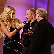 NLD/Hilversum/20101216 - Uitreiking Sterren.nl Awards, Helmut Lotti reikt Ouvre award uit aan Peter Koelewijn