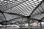 Duitsland, Keulen, 9-8-2009..Een ice trein staat in het station van Keulen...Foto: Flip Franssen/Hollandse Hoogte
