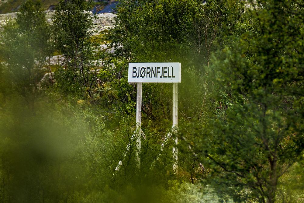 Skilting i nærheten av Bjørnfjell togstasjon. Bjørnfjell er et fjell og høyfjellsområde øst for Narvik i Nordland. Bjørnfjell ligger like ved riksgrensen til Sverige.