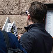 NLD/Amsterdam/20140506 - Robbie Williams in een slecht humeur wil niet gefotografeerd worden bij het verlaten van zijn hotel in Amsterdam. <br /> <br /> Singer Robbie Williams doesn't wants his picture taken leaving his hotel in Amsterdam