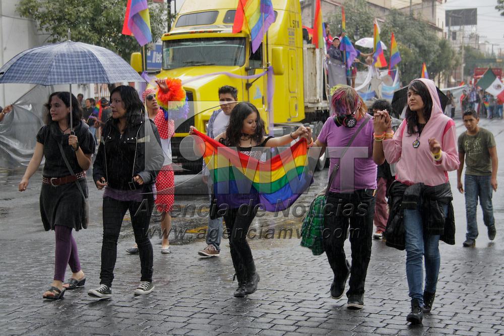 Toluca, Méx.- Integrantes de la comunidad gay de esta ciudad participaron en la octava marcha LGBTTTI que paso por las principales avenidas de la capital mexiquense, protestaron de manera pacífica por el reconocimiento de sus derechos civiles en el Estado de México.. Agencia MVT / Arturo Hernandez