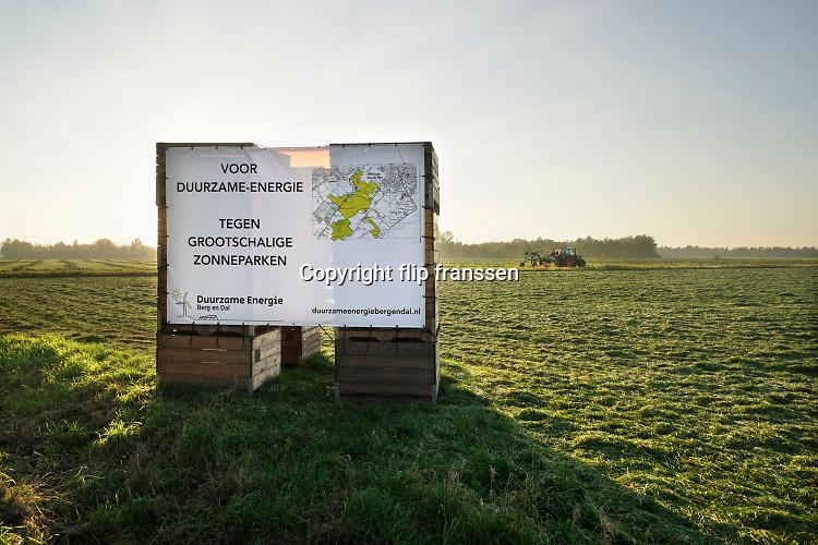 Nederland, Ooijpolder, 6-11-2020 Bewoners bouwen een stellage voor een protest spandoek tegen de voorgenome bouw van een mega zonnepark van 180 ha. door de gemeente Berg en Dal .Het zonneveld moet tussen Kekerdom en Millingen aan de Rijn komen en veel inwoners vinden de plannen te ambitieus en de oppervlakte groot . Foto: Flip Franssen