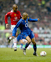 Fotball<br /> Foto: BPI/Digitalsport<br /> NORWAY ONLY<br /> <br /> Manchester United v Arsenal<br /> Carling Cup, Quater Final. 01/12/2004.<br /> <br /> Arsenal's Gael Clichy holds off David Bellion