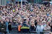 Nationale dodenherdenking bij het Nationale Monument op de Dam, Amsterdam. // National Memorial day at the National Monument on the Dam, Amsterdam.<br /> <br /> Op de foto:  Publiek op de Dam