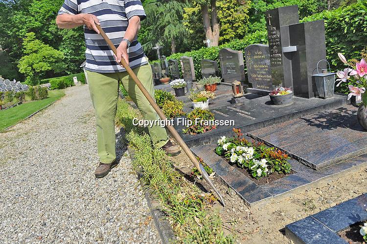Nederland, Beek, 23-5-2017Vrijwilligers onderhouden de plaatselijke katholieke begraafplaats.Foto: Flip Franssen