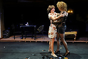 Premiere van de muziekkomedie Little Voice in het oude Luxor Theater, Rotterdam.<br /> <br /> Op de foto: <br /> <br />  Suzan Seegers en Ellen Pieters