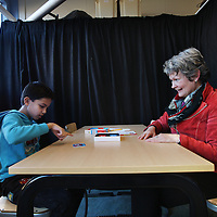 Nederland, Almere , 3 februari 2014.<br /> Pedagogisch medewerkster Goke Lont in een 1 op1 gesprek met Hemadullah, een jongen met concentratieproblemen.<br /> Foto:Jean-Pierre Jans