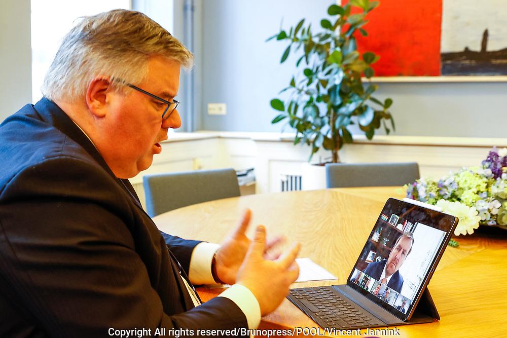 Koning Willem Alexander  heeft op woensdagmiddag 27 januari gesproken met vijf burgemeesters die de afgelopen dagen te maken kregen met ongeregeldheden in hun gemeente na de invoering van de avondklok.<br /> <br /> op de foto: Burgmeester en voorzitter van het Veiligheidsberaad Hubert Bruls in gesprek met de Koning