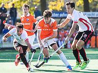 BLOEMENDAAL - HOCKEY - Florian Fuchs (Bl'daal) met links  Benjamin Stanzl (Oranje-Rood) en rechts Niek van der Schoot (Oranje-Rood)   tijdens de competitie hoofdklasse hockeywedstrijd Bloemendaal -ORANJE-ROOD (4-1)  COPYRIGHT KOEN SUYK