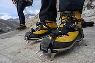 Bergschuhe mit Steigeisen auf einer Gletscherschliffplatte am Rand des Grossen Aletschgletschers, Fiesch, Wallis, Schweiz<br /> <br /> Mountaineering boots with crampons on a glacier slab on the edge of the Great Aletsch Glacier, Fiesch, Valais, Switzerland
