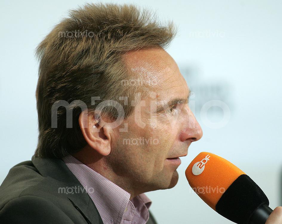 Leipzig Medientreffpunkt Mitteldeutschland ZDF-Sportchef Dieter GRUSCHWITZ (GER) Portrait, Profil, am Mikrofon.